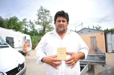 Gino Petel, 46 ans, devant les installations de l'aire de Gerland/Feyzin, au sud de Lyon.