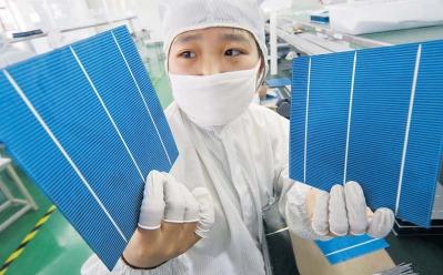 Un salarié chinois vérifie des cellules photovoltaïques à Nantong (Jiangsu).