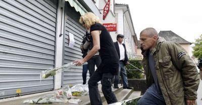 Des fleurs sont déposées par des proches d'Hugo Villerez devant le tabac où il a été tué à Dolomieu, le 30 juillet 2014 (Philippe Desmazes / AFP).