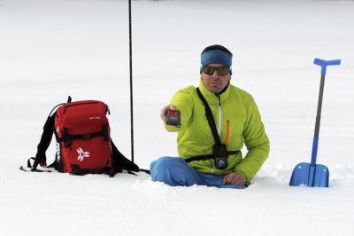 Un guide de haute montagne tient un détecteur de victimes d'avalanches (DVA), le 31 janvier 2015 à La Morte, dans les Alpes françaises ( Jean-Pierre Clatot / AFP).