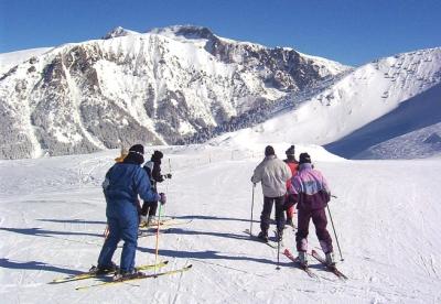 Les spécialistes de la montagne recommandent aux vacanciers de skier sur les pistes sécurisées (DR).