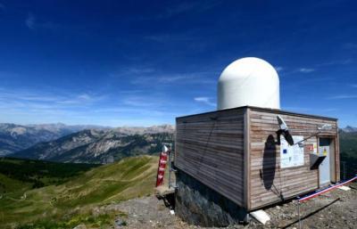 Un radar hydrométéorologique sur les hauteurs de la station de Vars, dans les Alpes du sud de la France, le 26 juin 2015 (Jean-Pierre Clatot / AFP).