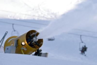 Un canon à neige le 21 décembre 2014 en action à Val d'Isère (Jean-Pierre Clatot / AFP).
