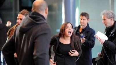 Une proche des accusés proteste à l'énoncé du verdict, le 12 décembre 2015 au tribunal de Grenoble (Jean-Pierre Clatot / AFP).