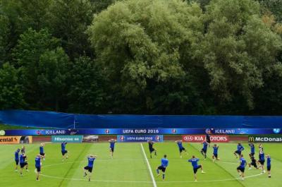 Jouer en équipe et faire bloc pour contrer la puissance d'attaque française: tel est le credo des joueurs islandais (DR).