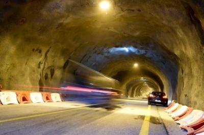 Des automobilistes traversent le tunnel du Chambon, le 17 décembre 2016, à Mont-de-Lans (Jean-Pierre Clatot / AFP).