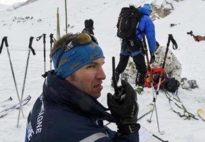 Un gendarme du Peloton de gendarmerie de haute-montagne (PGHM) et des militaires du Groupement d'aguerrissement de montagne (GAM) lors d'un exercice destiné à tester l'efficacité d'une intervention conjointe, le 13 février 2017, à Valloire (Philippe Desmazes / AFP).